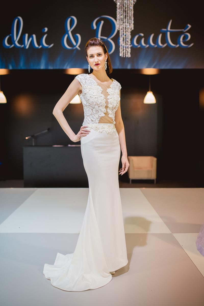9cf66beafda5 Extravagantné úzke svadobné šaty s holým chrbtom s čikovaným zvrškom -  dvojdielne