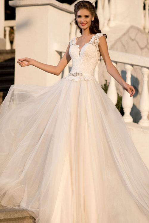Svatební šaty s hlubokým výstřihem Svatební šaty s hlubokým výstřihem a  princeznovské sukní dc40cf7a8c