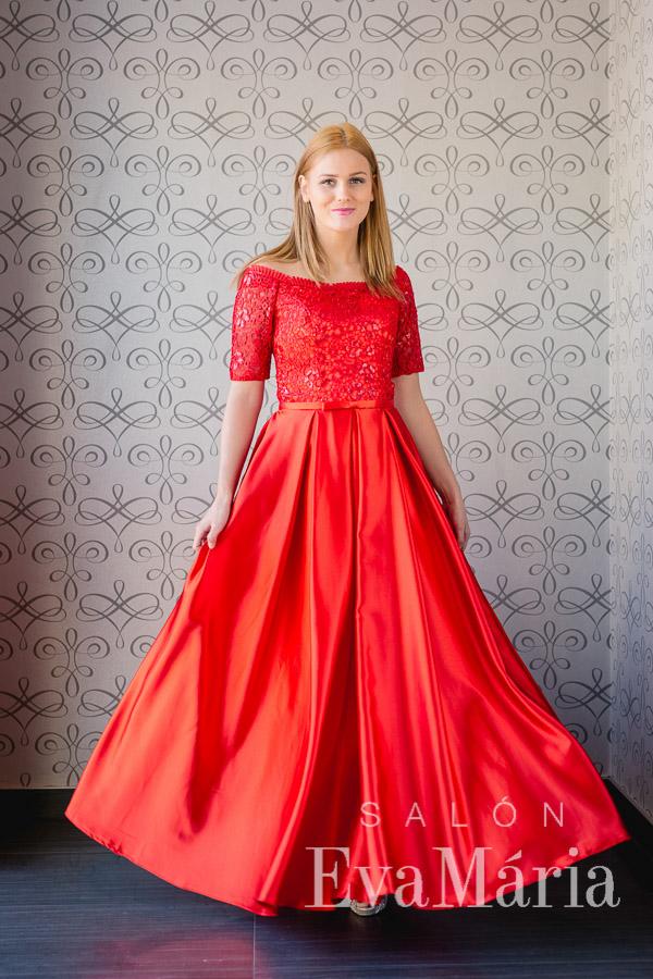 Červené trendy plesové šaty so saténovou sukňou s vačkami zdobené čipkou