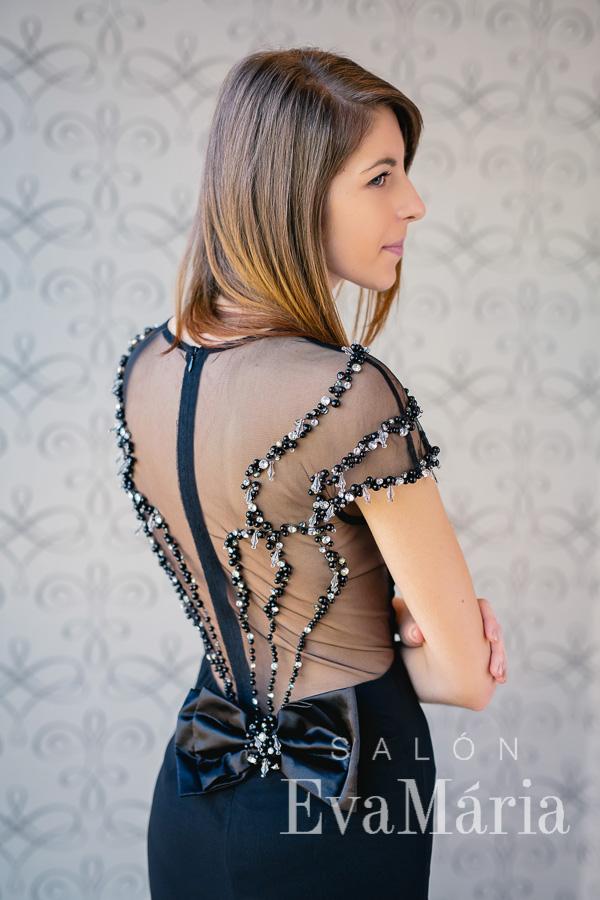 Čierne luxusné priliehavé plesové šaty s odhaleným chrbtom