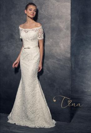 Úzke svadobné šaty s lodičkovým výstrihom