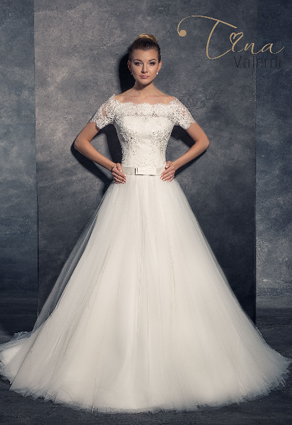 Svadobné šaty s veľkou tylovou sukňou s krátkymi rukávkami s lodičkovým výstrihom