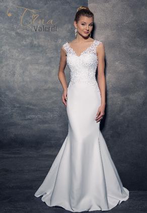 Priliehavé svadobné šaty s Včkovým výstrihom