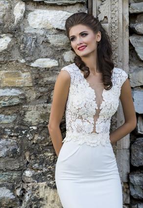 Priliehavé prekrásne šaty s hlbokým rafinovaným výstrihom