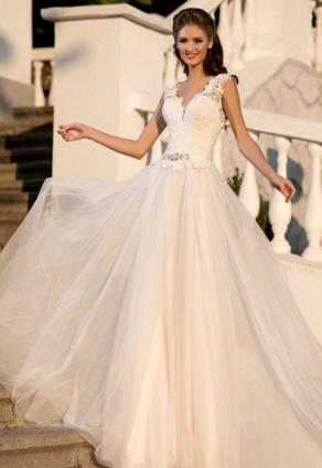 Ružovkasté svadobné šaty s hlbokým výstrihom