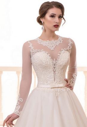 Svadobné šaty s hlbokým výstrihom