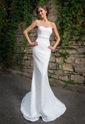 Priliehavé svadobné šaty s čipkou so srdiečkovým výstrihom